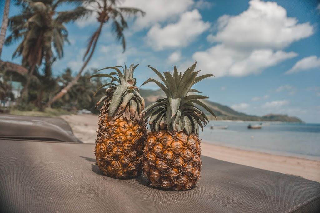 Owoce na Seszelach, ananasy na plaży Praslin