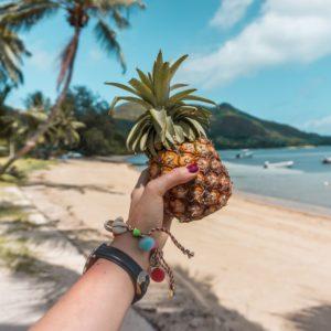 Seszele dziewczyna trzymająca w ręce ananasa