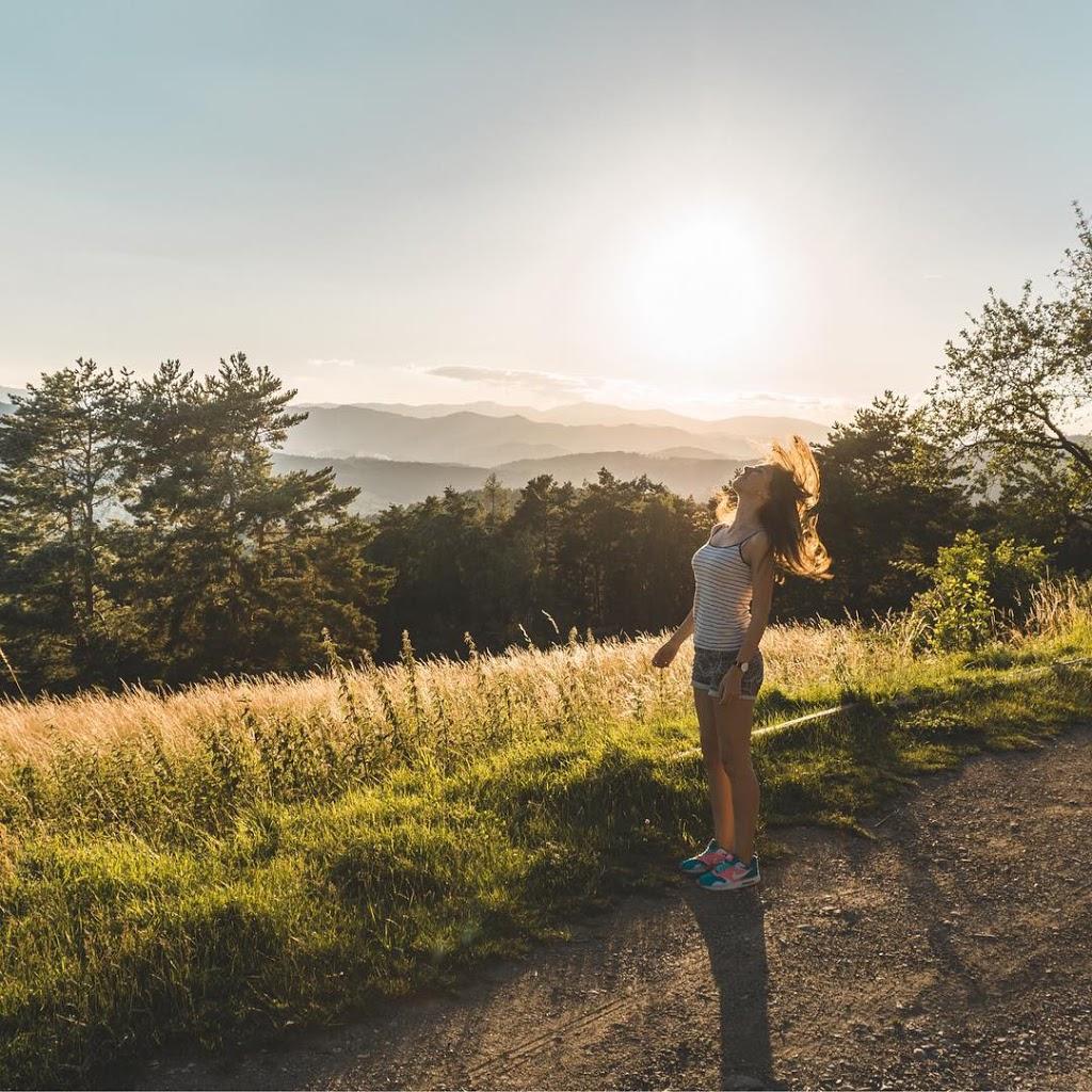 Zdjęcie wykonane w czasie golden hour w Austrii dziewczyna z widokiem na Graz
