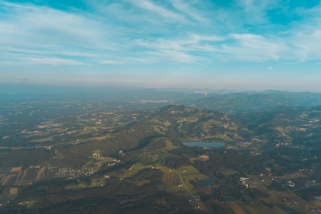 Lot balonem w Austrii widok na miasto z góry