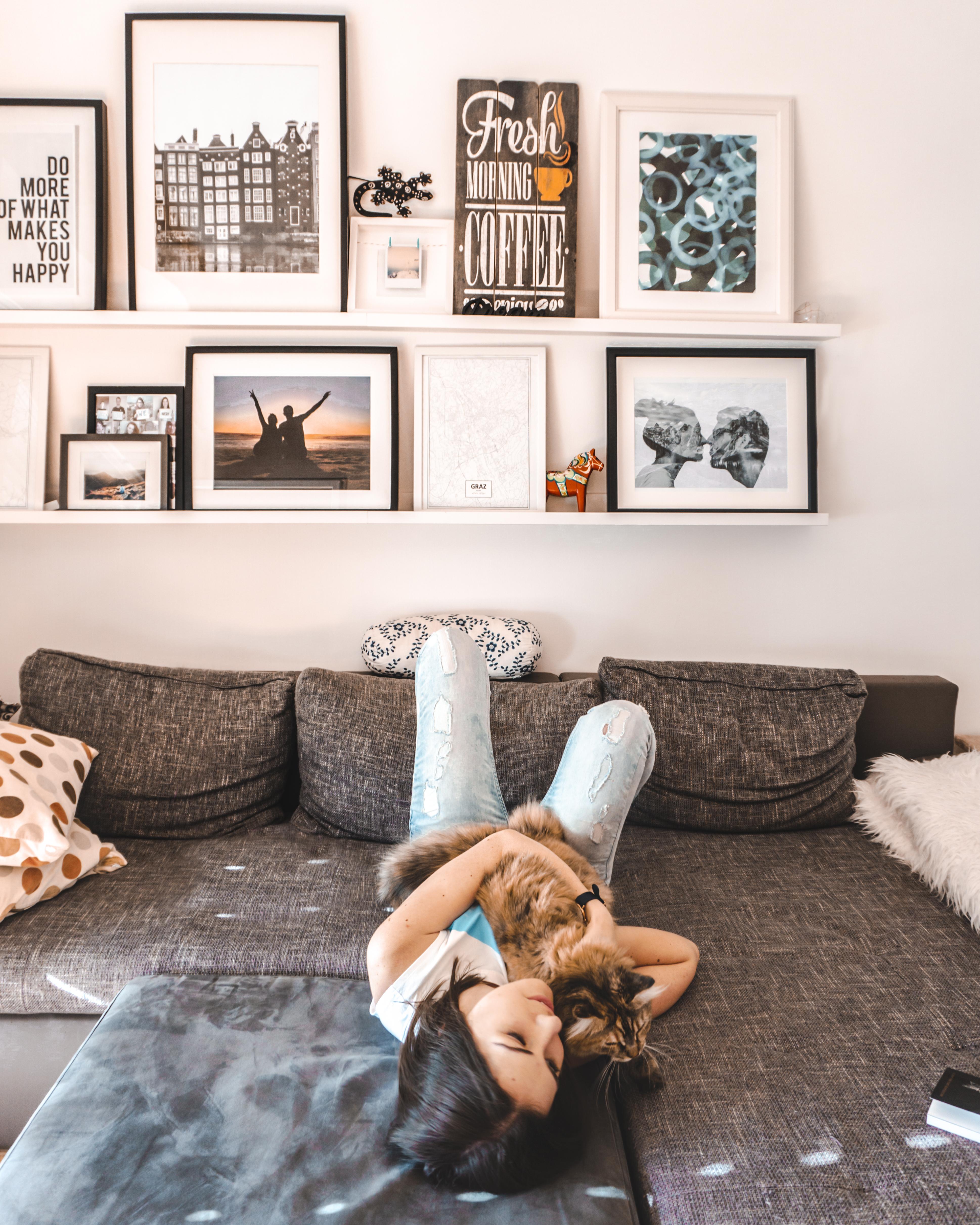 Pokój w stylu skandynawskim półki z Ikei, zdjęcia oraz plakaty. Blog lifestylowy