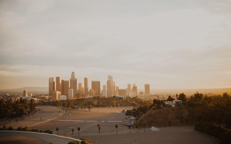 Zdjęcie miasta zachód słońca.